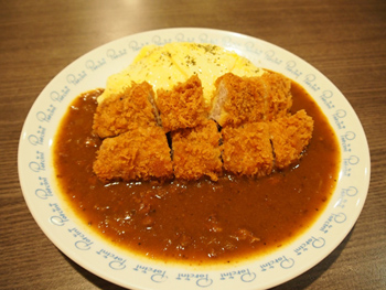 「里肌豬排咖哩蛋包飯」は台湾でも人気の日本風カツカレーのごはんをオムライスにした贅沢なメニュー。こちらもボリューム満点の一品