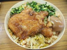台湾版とんかつとも言える「排骨」(パイグー)をメインのおかずとした「排骨便當」(パイグー弁当)は台湾の弁当の定番。豚肉料理が多い台湾は、もともととんかつに親しみやすい環境があった