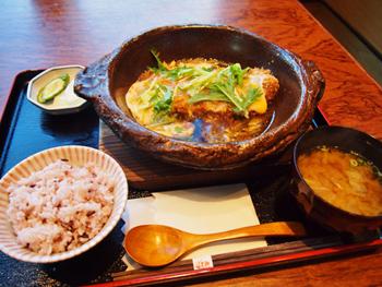 「里肌豬排鍋膳套餐」はロースかつとじ。醤油ベースの甘辛い出汁と半熟でとろりとした卵のハーモニーが台湾人にも大人気のメニュー