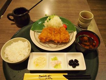 一番人気のメニュー「腰内豬排御膳」。キャベツ、ご飯、味噌汁はおかわり自由。味だけではなくボリュームも重視する台湾人の胃袋をつかんでいる