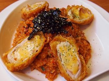 「米蘭起司捲蕃茄燉飯」は、チーズやベーコンを捲いた豚肉を揚げたアレンジとんかつを、トマトリゾットにトッピングしたメニュー。サクサクのとんかつがリゾットにひと味違う食感を加えてくれる