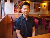 シェフの呉政坤氏。斬新なメニューはオーナーらと何度も試食を繰り返して作り出すという。とんかつは日本食だが、衣がソースを吸ってどんな料理にも合うので万能だと語る
