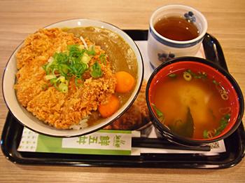 「咖哩雪花豬排丼」はカレー丼にとんかつをプラスした店の人気ナンバーワンメニュー。台湾でも人気のある日本風のカレーととんかつの組み合わせが人気なのもうなずける