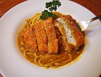 人気メニュー「咖哩豬排義大利麵」は、カレーソースのスパゲティにとんかつをのせた一品。ボリューム感を重視する若い層に人気だという