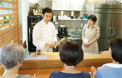 オープンキッチンを利用して、普段の調理姿やプロのテクニックを余すところなく披露する。希望者はキッチンに入ることも可能