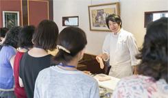 食材から、調理器具、調理工程、調味料まで、それぞれについてこまかに説明しながら、料理を進めていく古屋氏