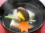 一番出汁による「煮物椀」。雑味がなく透き通った一番出汁は華やかな香りと強い旨味が特徴