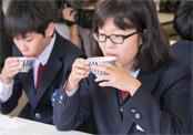 北海道の真昆布と鮪節で作った「一番出汁」を試飲する生徒たち
