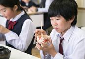 「二番出汁」を使った料理「鯛蕪」を試食する生徒たち