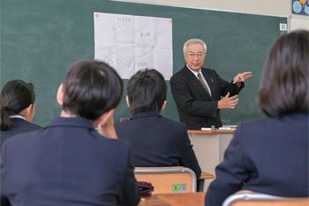 大阪の食文化とその歴史について、小学6年生に講義する「花外楼」社長の徳光孝信氏