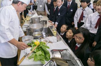 店で作る出汁と同じ方法で、一番出汁と二番出汁の取り方を実演