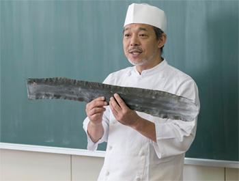 大阪の出汁に欠かせない、北海道の真昆布を子どもたちに見せると、「大きい! 」の声が