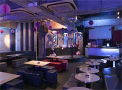 店内には、大型スクリーンや余興などで使えるステージがあり、音響機材も充実