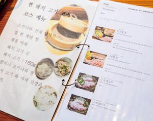 急増する外国人客に応対するため、2015年春より「ぐるなび外国語版」を活用し、写真入りのメニューブックを作成
