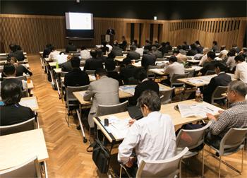埼玉県の自治体関係者や、川越市の飲食店関係者など、多数の来場者が熱心に耳を傾けた