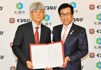 連携協定の締結を発表した秋元札幌市長(右)とぐるなび代表取締役社長 久保