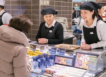 各ブースでは、出店者が会場を訪れた人に積極的に声をかけ、商品を紹介した