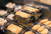 北海道から九州まで、全国12の飲食店や生産者の団体が、自慢の弁当や寿司、スイーツ、食材などを販売した