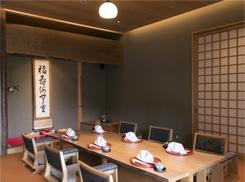 顔合わせで人気の個室。床の間には、乾杯で使う日本酒を入れた酒器を置く