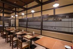 落ち着いた雰囲気の店内。テーブル席のほか、カウンター席も備え、1人での来店も多い