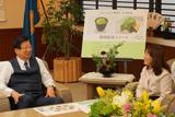 2016年12月13日に県庁を訪問。川勝平太・静岡県知事(写真左)と、株式会社ぐるなび執行役員の杉山尚美