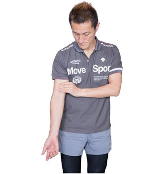 上腕の前側、力こぶ部分をしっかり押さえ、腕を左右に振りましょう。