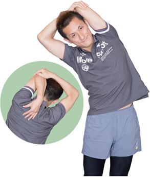 背中に伸ばしている手で肩甲骨をつかむイメージで。呼吸をすることも忘れずに。
