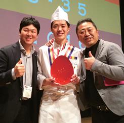 入社時からの上司・菰田氏(右)と戦友と呼ぶ建太郎氏(左)。井上氏の受賞を自分のことのように喜んだ