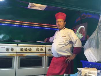 「4つのオーブンがフル稼働すると、屋台内はかなりの暑さになります」と語るオーナーのタイ・ヴッティー氏。換気扇は備えているが、ただでさえ気温が高いカンボジアでの屋台営業は体力勝負だ