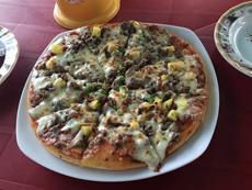 牛ひき肉を散らした「ビーフピザ」はピザ屋台で人気商品の1つ。ひき肉とトマトソースとチーズの旨味が混ざり合う