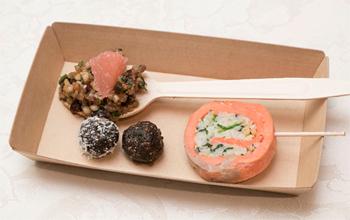 会場で提供された試食メニュー。「焼きくるみ・ドライいちじく・グレープフルーツの穀物サラダ」(左上)、「サーモンのくるみ詰め」(右)、「プルーンエナジーボール」(左下)