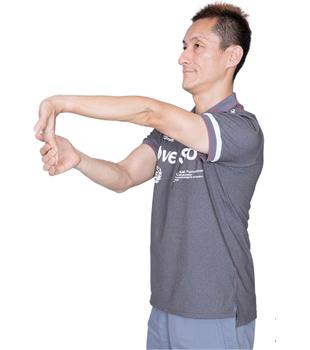 ゆっくり呼吸をしながら、20~30秒キープ。左右の腕で行いましょう。