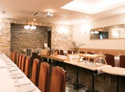 披露宴や1.5次会で人気の2階フロア。クラシックな雰囲気で、40~60名での利用が多い