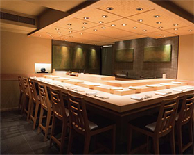 巨大ショッピングモール内にあり、店内には樹齢300年の檜で作ったカウンター席がある。築地から毎日仕入れる魚介と、赤酢を使った本格的な寿司が売りで、昼、夜ともにコースのみ。舌の肥えた現地の富裕層やビジネス層を中心に集客している