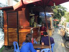 荷車に木製のカウンターを取り付けた屋台カフェ。中にはエスプレッソマシンがあり、2人入るのがやっとのスペース