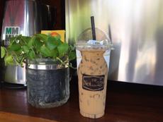 気温の高いカンボジアでは、冷たいコーヒーが人気。写真は、20オンス(約600ミリリットル)と大容量のアイス・カフェラテ。「ノンシュガー」「砂糖たっぷり」などにも対応する