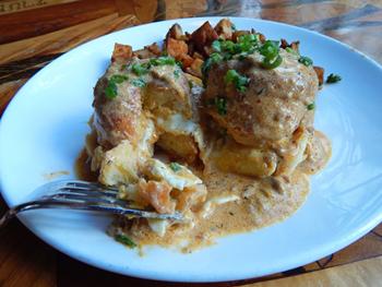 「バターミルク・ビスケット&ソーセージ・グレイビー」。ビスケットの間に、半熟の目玉焼きがサンドされている。とろける黄身をグレイビーと混ぜ、ビスケットですくって食べる