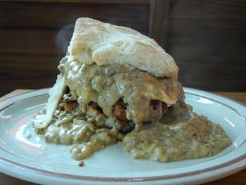 揚げたてのフライドチキン、カリカリのベーコン、とろける目玉焼きに濃厚なグレイビーがからまる「ビスケット・サンドイッチ」