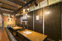落ち着いた雰囲気の掘りごたつ席。壁には、知念氏が料理コンクールなどで受賞した表彰状を飾っている