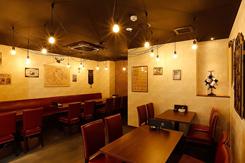 高級感と気軽さを兼ね備えた店内には、テーブル席(写真)のほかカウンター席もある