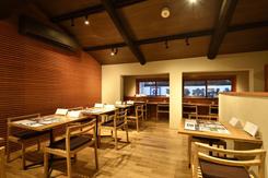 落ち着いた雰囲気の2階テーブル席。最大20名の貸切にも対応可能