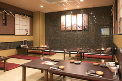 黒と赤、金を基調とした高級感のある座敷席。30~40名の宴会利用が多い