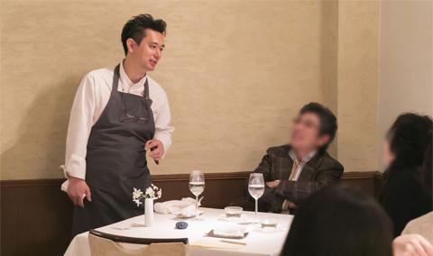 すべての料理をサーブした後にホールに出て、参加者と言葉を交わす今帰仁氏。感想や意見を糧に、さらなる成長を目指す