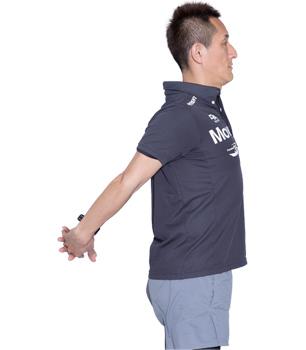 胸を張り、肩が上がらないよう注意して、両腕を後ろに伸ばしましょう。