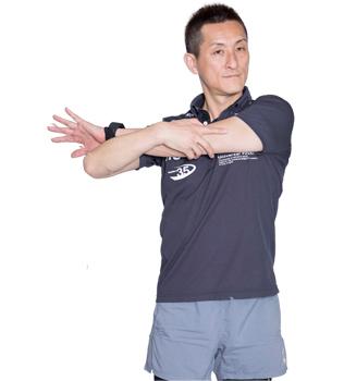 手で押さえながら、腕を高い位置で伸ばします。手の平は外側にひねりましょう。