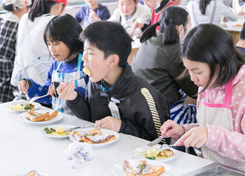 テーブルマナーも意識しながら、自分たちで作った料理をパクリ