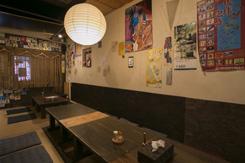 落ち着いた雰囲気の掘りごたつ席(写真)のほか、テーブル席やカウンター席がある