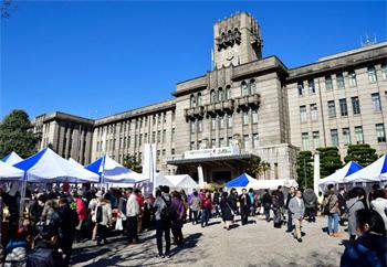 抜けるような青空の下、京都市役所前広場には多くの人が集まり、京野菜の魅力と京都の食を堪能した