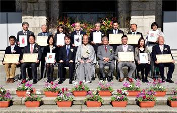 平成28年度農産物品評会市長特別表彰式にて。門川京都市長(前列中央)と受賞者の面々