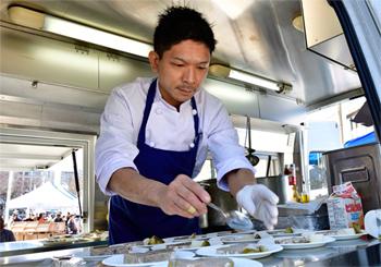 キッチンカーで特別メニューを提供した「ikariya523」の髙橋シェフ。次世代を担う若手料理人のコンテストRED U‐35で、2013年から2年連続でシルバーエッグを受賞した経歴を持つ。「食材の良さを広く発信することも、料理人である僕たちの役目」と考え、今回の出店に至った